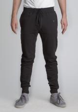 Черные летние спортивные зауженные штаны на резинке вид спереди