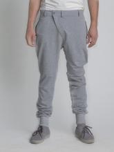 Серые зауженные штаны с манжетами вид спереди