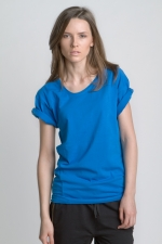 Синяя летняя футболка с асимметричным вырезом и косой боковой линией