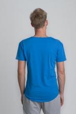 Синяя футболка с рисунком и слегка увеличенным вырезом вид сзади