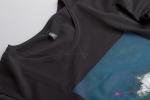 Ткань чёрной футболки с рисунком со слегка увеличенным вырезом