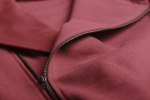 Ткань бордовой толстовки худи с капюшоном на молнии