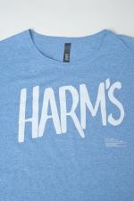 Логотип Harm's на голубой футболке