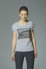 Серая футболка с рисунком и слегка увеличенным вырезом вид спереди