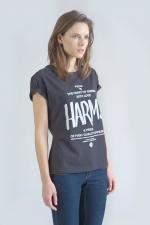 Черная футболка с логотипом Harm's и фирменным текстом вид сбоку