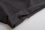 Ткань черных коротких шорт с карманами на молнии