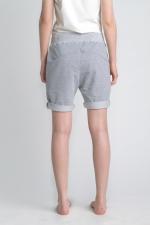 Серые классические шорты средней длины вид сбоку