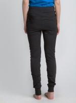 Черные летние спортивные зауженные штаны на резинке вид сзади