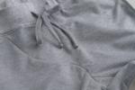 Крупны план серых спортивных зауженных штанов оригинального кроя на резинке