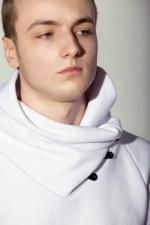 Белая толстовка с высоким оригинальным воротником на пуговицах вид пуговиц сбоку