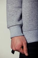 Вид рукава серой толстовки со слегка увеличенным горлом и реглан-рукавами