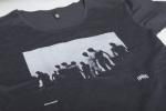 Рисунок на черной футболке и слегка увеличенным вырезом