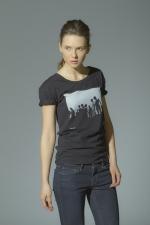 Черная футболка с рисунком и слегка увеличенным вырезом
