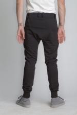 Внешний вид черных зауженных штанов с манжетами