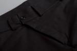 Черные зауженные штаны с манжетами вид со стороны ширенки