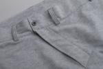 Вид застежки серых спортивных штанов с манжетами