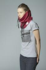 Вид шарфа-трубы из плотной ткани на девушке