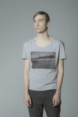 Серая футболка с рисунком и слегка увеличенным вырезом