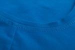 Ткань синей летней футболки с асимметричным вырезом и косой боковой линией