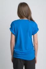 Синяя летняя футболка с асимметричным вырезом и косой боковой линией вид сзади