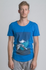 Синяя футболка с рисунком и слегка увеличенным вырезом