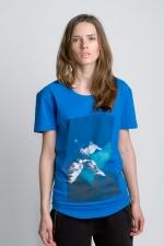 Синяя футболка с рисунком и слегка увеличенным вырезом вид спереди