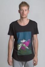 Чёрная футболка с рисунком со слегка увеличенным вырезом