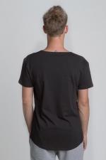Чёрная футболка с рисунком со слегка увеличенным вырезом вид сзади