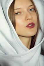 Теплая худи толстовка с удобным капюшоном на девушке ближний вид