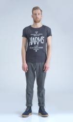 Черная футболка с логотипом Harm's и фирменным текстом в полный рост