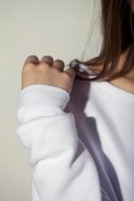 Рукав комфортной тёплой белой толстовки с широким горлом
