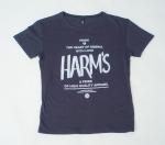 Черная футболка с логотипом Harm's и фирменным текстом внешний вид