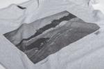 Серая футболка  со слегка увеличенным вырезом вид рисунка