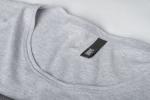 Серая футболка с рисунком и слегка увеличенным вырезом вид кармана