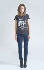 Черная футболка с логотипом Harm's и фирменным текстом