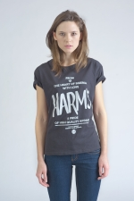 Черная футболка с логотипом Harm's и фирменным текстом вид спереди