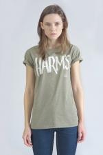 Оливковая футболка с логотипом Harm's вид на девушке