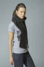 Вид шарфа из плотной ткани с пуговицами на девушке