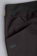 Карман черных классических шорт средней длины