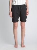 Черные классические шорты средней длины вид спереди