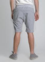 Серые классические шорты средней длины вид сзади
