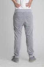 Задний вид на летние спортивные штаны с манжетами на поясе