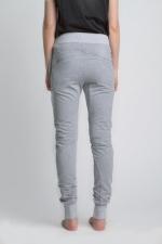 Серые летние спортивные зауженные штаны оригинального кроя на резинке вид сзади