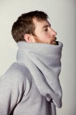 Вид сбоку шарфа из плотной ткани с пуговицами