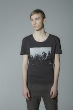 Черная футболка с рисунком и слегка увеличенным вырезом вид спереди