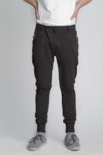 Черные зауженные штаны с манжетами вид спереди