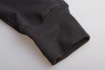 Черные зауженные штаны с манжетами вблизи