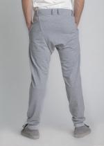 Серые зауженные штаны с манжетами вид сзади